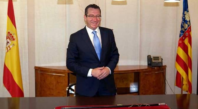 Resultado de imagen de fotos del alcalde de benidorm toni pérez con el bastón de mando