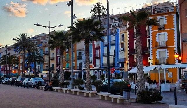 casas-marineras-coloreadas-en-el-paseo-maritimo-de-villajoyosa